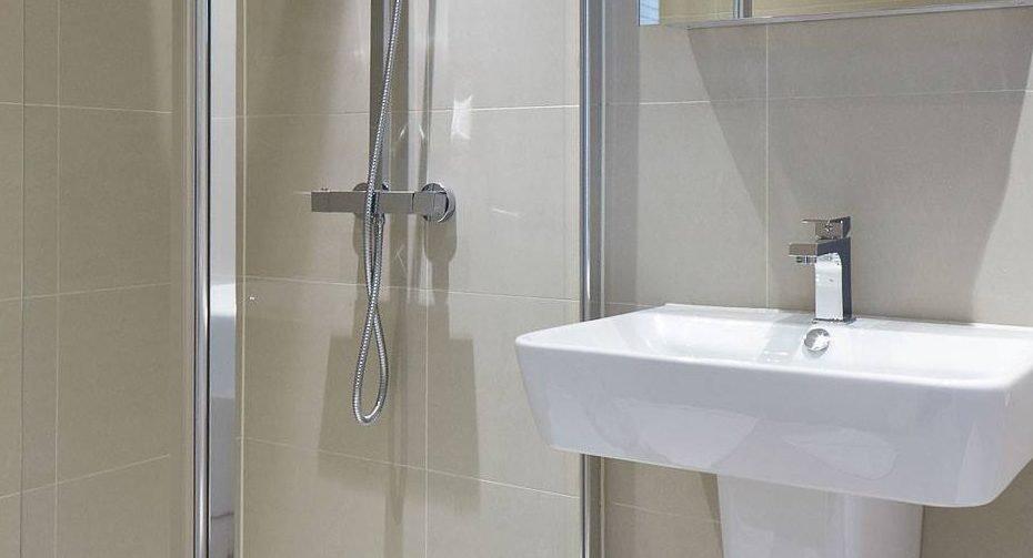 1000px-_0028_bathroom7